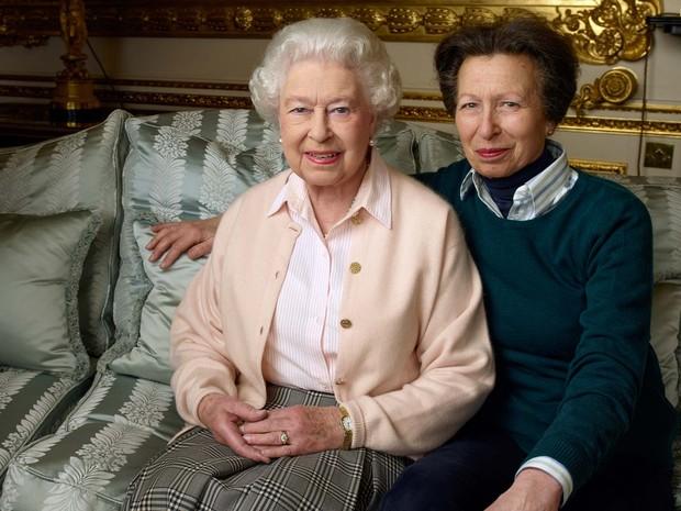EMBARGADA/ NÃO USAR Rainha Elizabeth II ao lado de sua filha, a princesa Anne, no Castelo de Windsor (Foto: ANNIE LIEBOVITZ / AFP)
