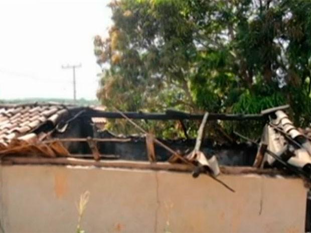 Corpos de avô e neta foram encontrados carbonizados dentro de casa, em Mansidão, na Bahia (Foto: Reprodução TV Bahia)
