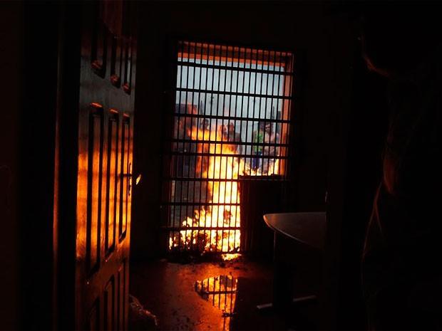 Detendos queimaram colchões na delegacia de Itambé (Foto: Reginaldo Spinola/Site Itambém Agora)