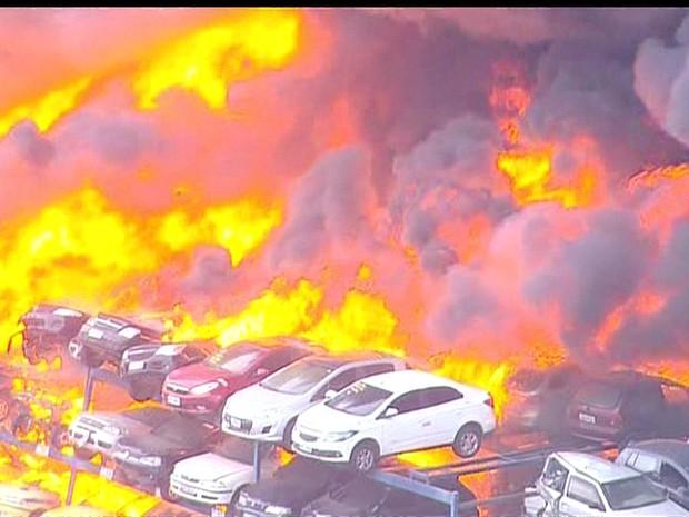 Dezenas de carros foram queimados (Foto: Reprodução / GloboNews)