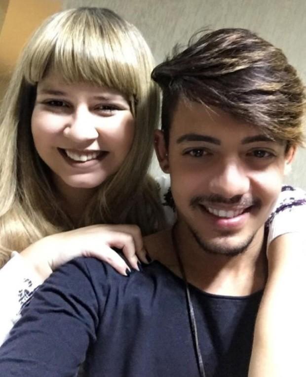 Marília Mendonça de aplique e o hair stylist Albert Leal (Foto: Reprodução/Instagram)