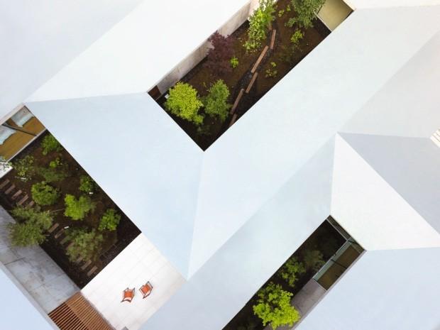 Integração. Localizada em Nagano, a casa It is a garden, assinada pelo escritório japonês Assistant, fica dentro de uma floresta, e todos os cômodos têm vista para jardins internos, como forma de garantir boa luminosidade (Foto: Daici Ano / Assitant / Divulgação)