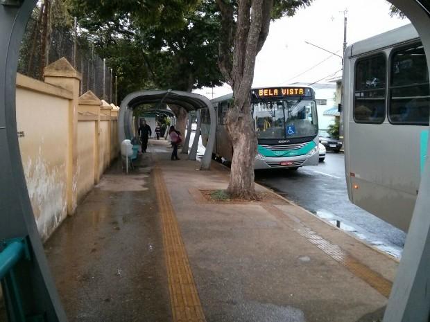 Ponto de ônibus possui piso tátil, mas faltam informações para deficientes visuais (Foto: Cláudio Nascimento/TV TEM)