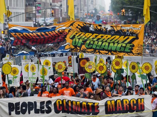 Multidão marcha em Nova York contra mudanças climáticas. Na terça-feira (23), a cidade sediará reunião convocada pela ONU com 120 mandatários para debater o tema (Foto: Craig Ruttle/AP)