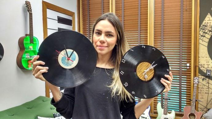 Karina Milanesi ensina a fazer relógio de parede com disco de vinil (Foto: Raquel Gonzalez/Gshow)