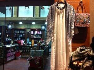 Loja de mercado vende roupa típica masculina em Abu Dhabi (Foto: Flávia Mantovani/G1)