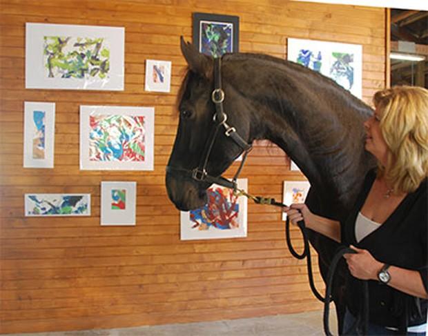 Justin observa suas telas em sua primeira exposição, nos EUA (Foto: Reprodução/Site oficial)