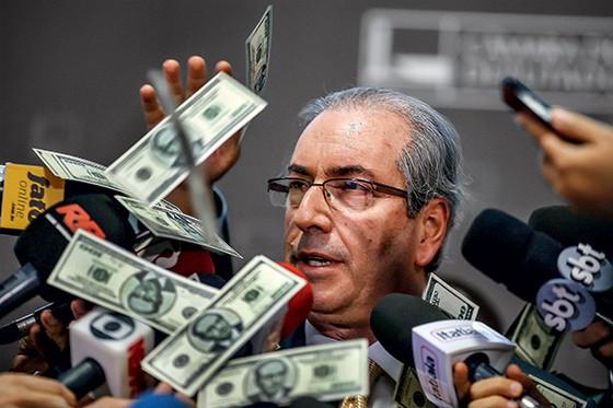 NA DEFESA Manifestantes atiram dinheiro falso sobre Eduardo Cunha. Ele tem um roteiro com explicações para as suspeitas do Ministério Público (Foto: Dida Sampaio/Estadão Conteúdo)
