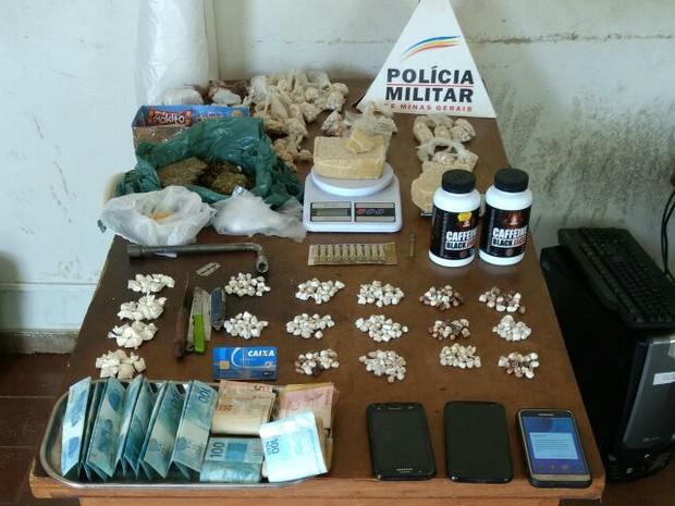 Suspeitos foram presos com drogas, dinheiro, celulares, balança de precisão, munição e materias para refino e preparo de entorpecentes em Patrocínio (Foto: Polícia Militar/Divulgação)