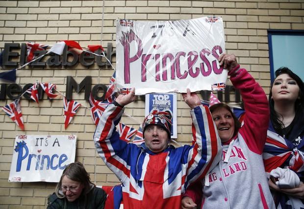 Fãs posam com placa: 'É uma princesa' (Foto: AFP)