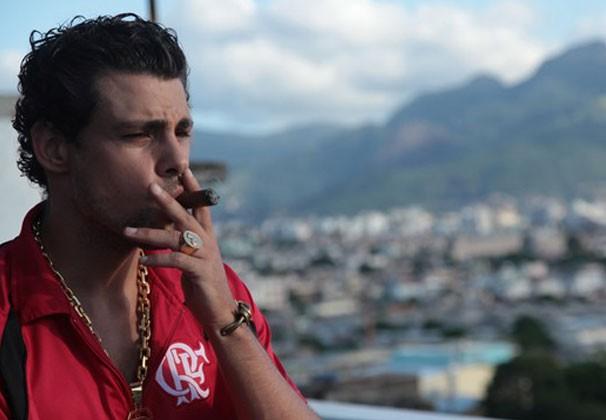 Cauã Reymond é um traficante em 'Alemão, Os Dois Lados do Complexo'  (Foto: Divulgação)