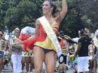 Jaque Khury desfila como Mulher Maravilha em bloco