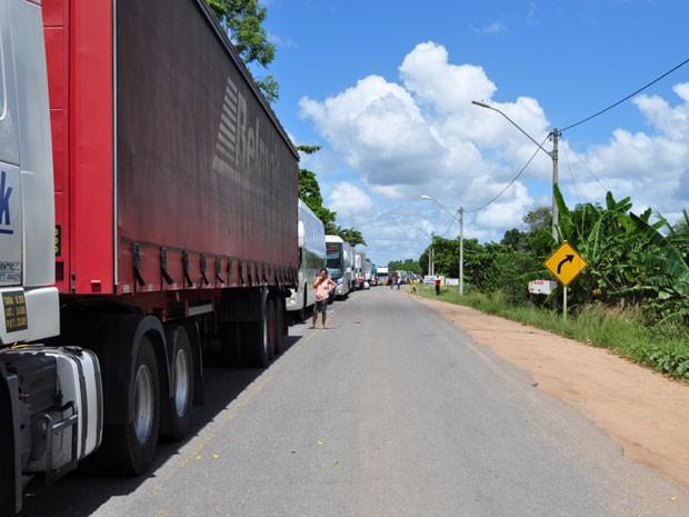 Protesto na BR-101 causa engarrafamento de 4km em Itamaraju na Bahia (Foto: Danuse Cunha/Itamaraju Notícias)