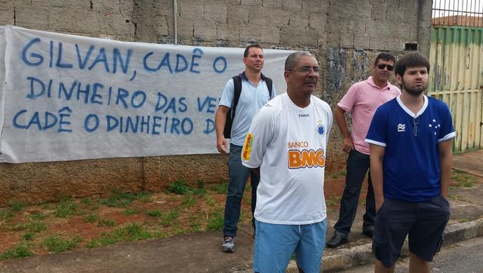 Torcedores do Cruzeiro protesta com faixas na porta da Toca da Raposa (Foto: Marco Anônio Astoni)
