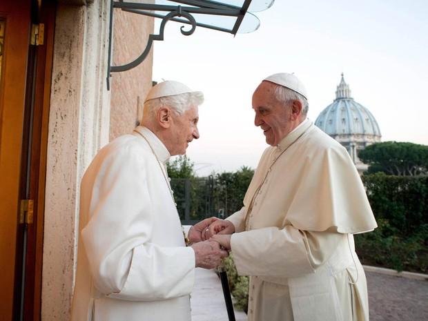 O Papa Francisco (dir.) cumprimenta o Papa emérito Bento XVI no monastério Mater Ecclesiae, no Vaticano. Dias antes, Francisco ligou para Bento XVI e desejou um 'Feliz Natal'. (Foto: Reuters/Osservatore Romano)