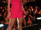 Vina Calmon usa vestido curtíssimo em show na Bahia