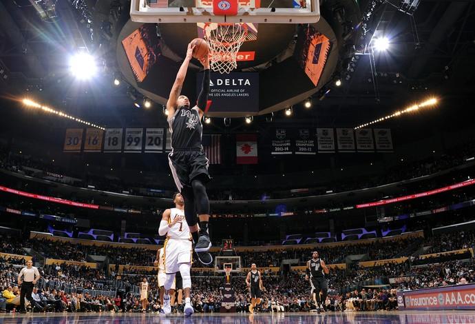 Lakers e Spurs se enfrentaram em Los Angeles (Foto: Andrew D. Bernstein/NBAE via Getty Images)