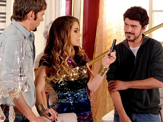Chayene vibra com a reunião, totalmente registrada por seu amadinho Funny (Foto: Cheias de Charme / TV Globo)