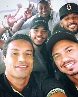 Jogadores do Botafogo no avião em direção ao Paraguai (Foto: Instagram)