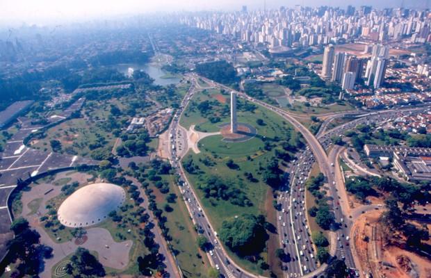A vista aérea do Parque do Ibirapuera e arredores pode ser apreciada em passeios de helicóptero, oferecidas por empresas a preços variados (Foto: Luludi / Editora Globo)