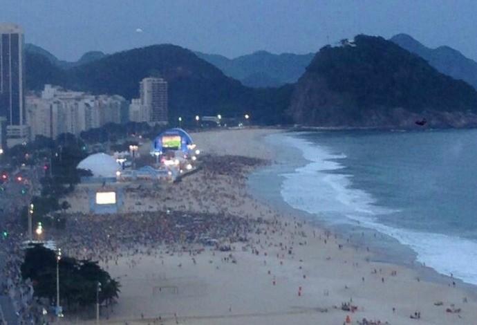 Van Nistelrooy registra torcedores vendo Brasil x Camarões em Copacabana