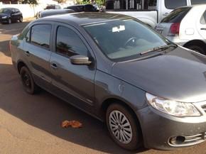 VW Voyage com placas adulteradas que foi apreendidos com foragidos, em Itumbiara, Goiás (Foto: Divulgação/Polícia Civil)