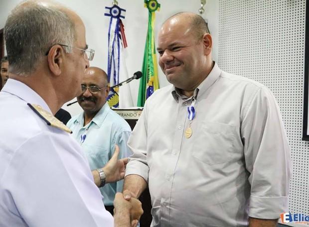 Fred recebe congratulações do vice-almirante Renato Rodrigues de Aguiar Freire, comandante do 3º Distrito Naval (Foto: Elias Jornalista)