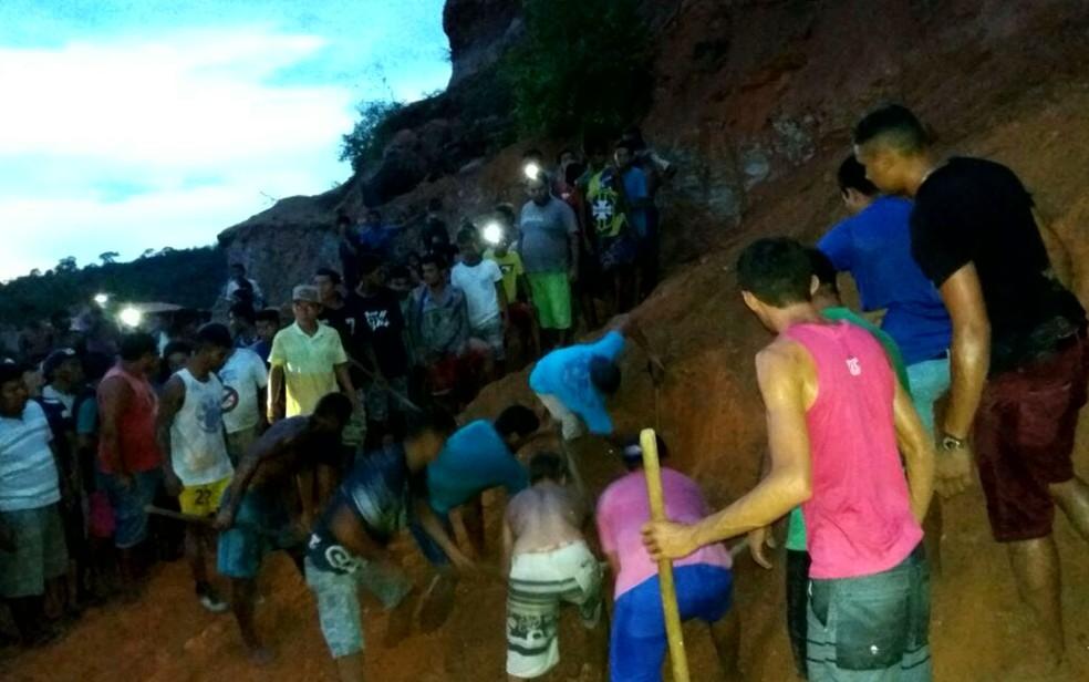 Populares ainda tentaram salvar os garotos, mas eles chegaram sem vida ao hospital (Foto: Reprodução/TV Mirante)
