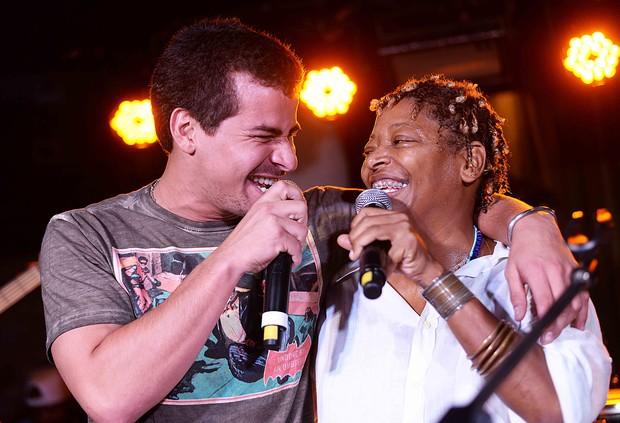 Thiago Martins canta com Mart'nália (Foto: Ari Kaye/Divulgação)