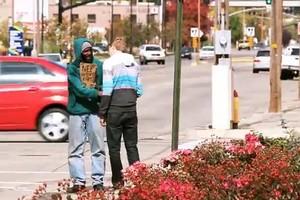 Kyle, da GiveBackFilms, distribuiu notas de US$ 100 a diversos moradores de rua de sua cidade (Foto: Reprodução Youtube/GiveBackFilms)