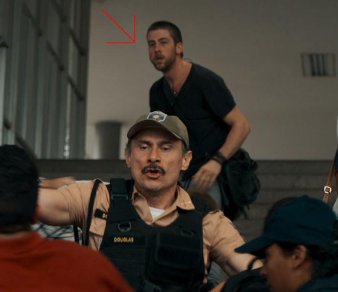 Na primeira vez em que cena vai ao ar, Téo é o foco do momento (Foto: TV Globo)