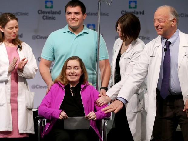 Lindsey (que não quis divulgar seu sobrenome) e seu marido Blake apresentaram-se para a imprensa ao lado da equipe médica da Cleveland Clinic nesta segunda-feira; ela foi a primeira a receber um transplante de útero nos EUA  (Foto: Marvin Fong/The Plain Dealer via AP)