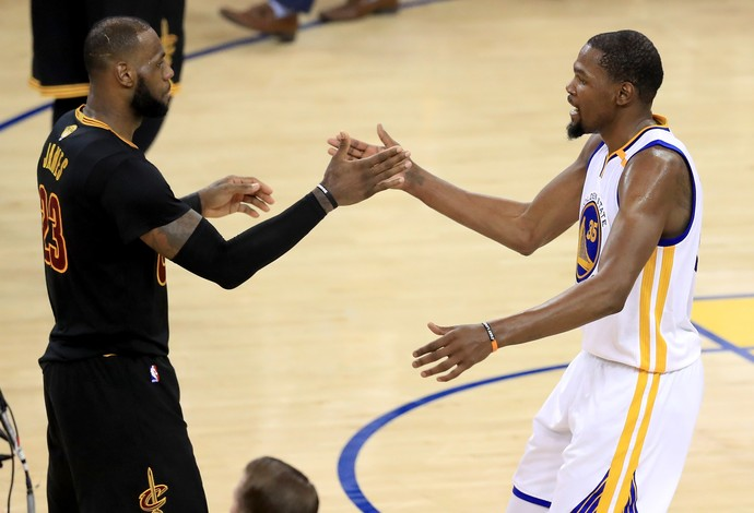 LeBron James cumprimenta Kevin Durant depois da derrota na final para os Warriors (Foto: Getty Images)