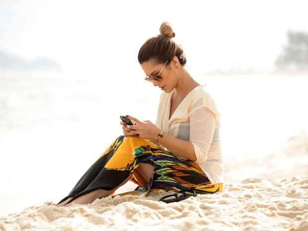 Cleo faz cenas de Bianca ligando para Zyah (Foto: Salve Jorge/TV Globo)
