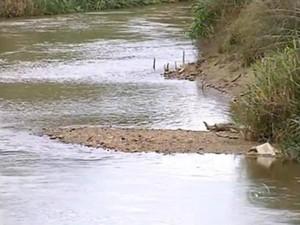 Nível do rio Itapetininga está aproximadamente 50 cm mais baixo (Foto: Reprodução / TV TEM)