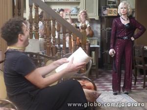Aurora e Joel descutem por conta da eleição de Mundo (Foto: Joia Rara/TV Globo)