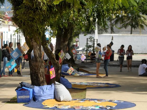 Praça da Matriz decorada com livros e temas literários infantis na Flip (Foto: Flavio Moraes/G1)