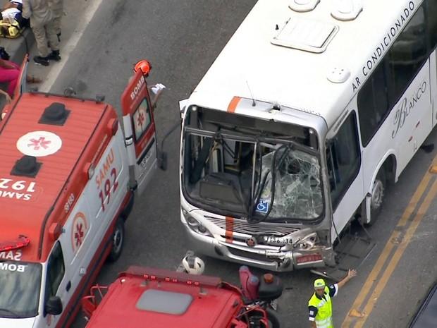 Ônibus ficou parcialmente destruído (Foto: Reprodução/ TV Globo)