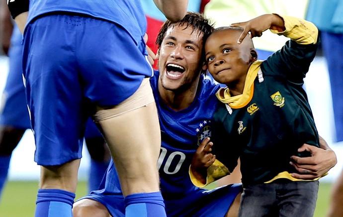 Neymar com garoto Ayo Brasil x África do Sul (Foto: AFP)