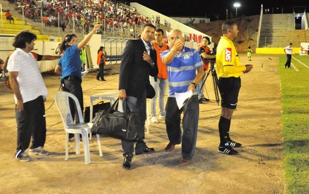 Assistente João Gomes Jácome chega atrasado a jogo América-RN x ASA (Foto: Wellington Rocha/Portal NoAr)