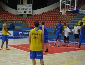 Técnicos e jogadores treino mogi basquete (Foto: Bruno Rocha)