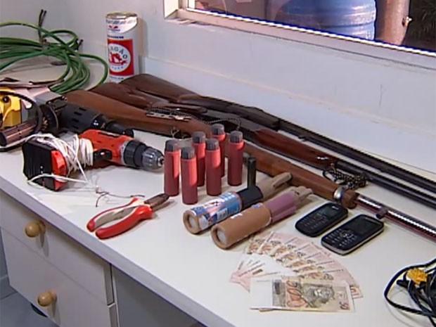 Armas de fogo e artefatos explosivos foram apreendidos em Uberlândia (Foto: Reprodução/TV Integração)
