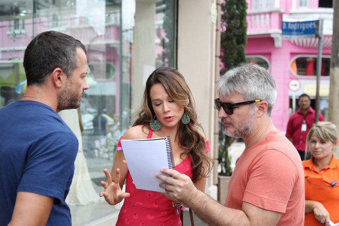 Mariana Ximenes passa texto de Tancinha na companhia de Malvino Salvador e do diretor artístico Fred Mayrink  (Foto: Carol Caminha)