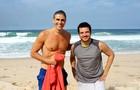 Reynaldo Gianecchini aproveitou o local da gravação e deu um mergulho depois de rodar cenas ao lado de Thiago Mendonça (Foto: Em Família/ TV Globo)