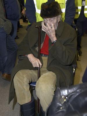 De cadeira de rodas, Christopher Lee é visto chegando no aeroporto Tegel, em Berlim, na chegada para participar do Fertival Internacional de Cinema de Berlim (Berlinale 2015), em 7 de fevereiro deste ano (Foto: Philipp Mertens/Geisler-Fotopres/Picture Alliance/AFP)