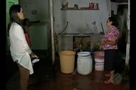Moradora do Bengui, em Belém, acorda de madrugada para encher baldes de água
