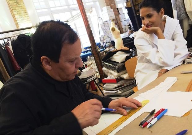 Azzedine Alaia trabalhando em seu ateliê (Foto: Divulgação)