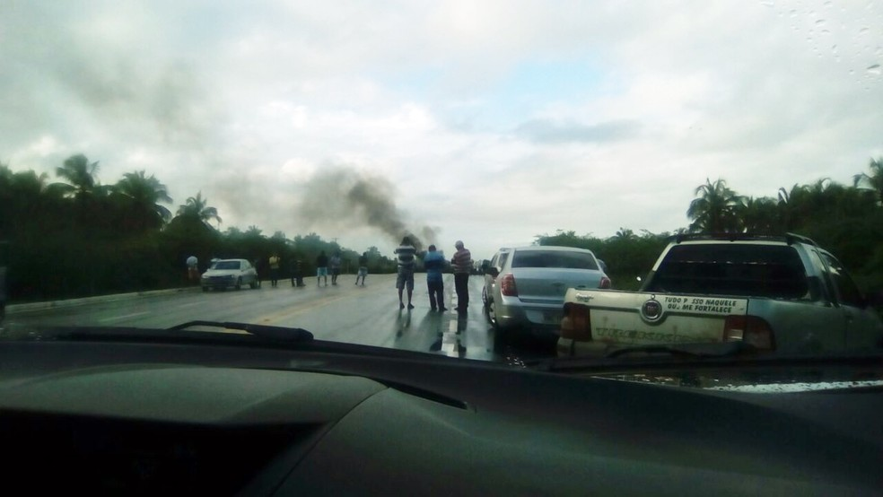 Manifestantes queimam pneus na BR-101, no acesso a praia de Caraúbas (Foto: Divulgação/PRF)