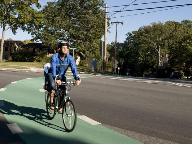 Uma hora diária de exercícios como andar de bicicleta ou fazer caminhada pode combater os efeitos nocivos de ficar sentado 8 horas por dia (Foto: CDC/ Amanda Mills)