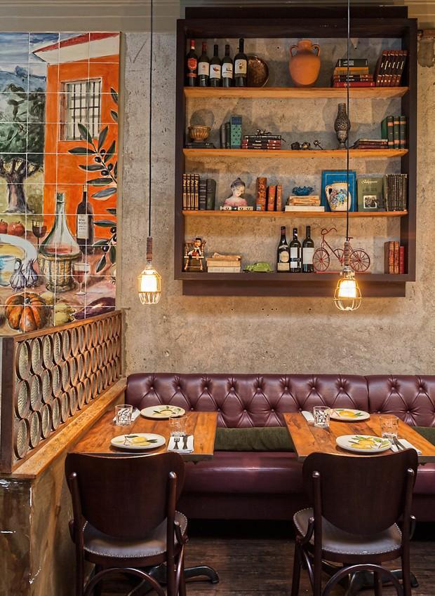 Parte do salão do Nino Cucina, com sofás capitonê em uma das paredes (Foto: Lufe Gomes / Editora Globo)